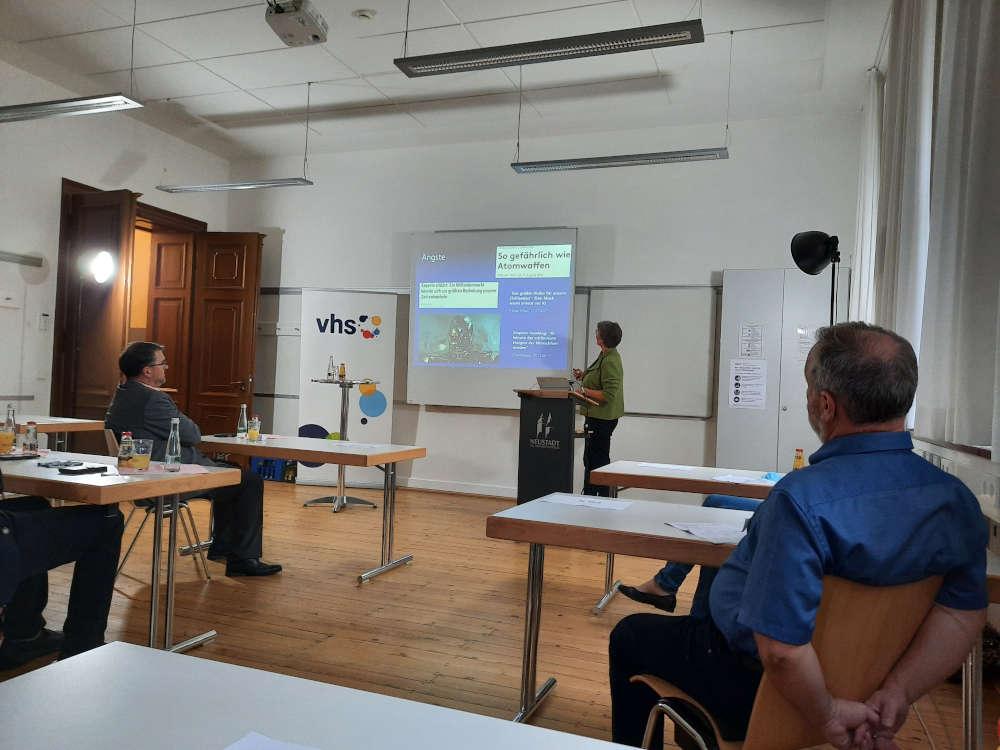 Um den notwendigen Abstand einhalten zu können, wurde der Vortrag in mehrere Räume übertragen. Unter den Zuhörern war auch Oberbürgermeister Marc Weigel (li.). (Foto: Stadtverwaltung Neustadt)