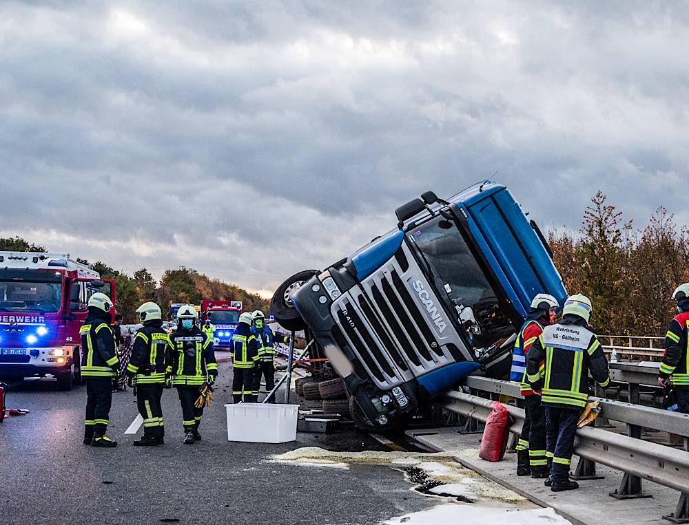 LKW kracht in Leitplanke (Foto: Helmut Dell)