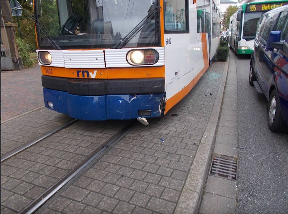 Die beteiligte Straßenbahn (Foto: Polizei RLP)