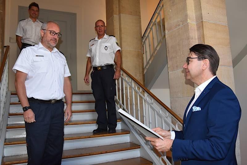 Herzlichen Glückwunsch an Michael Bumb (links): OB Hirsch (rechts) gratuliert zur Wiederwahl zum stellvertretenden Stadtfeuerwehrinspekteur. (Foto: Stadt Landau in der Pfalz)