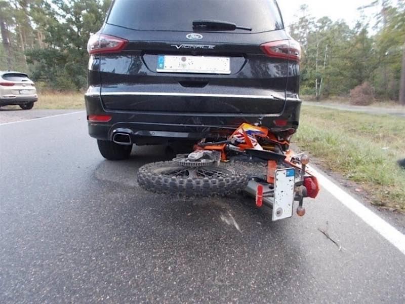 Das Leichtkraftrad schlidderte gegen das Heck des Ford (Foto: Polizei RLP)