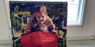 Gastgeschenke aus Wernigerode: ein Wildpark-Kalender für 2021 so- wie ein Mund-Nasen-Schutz. (Foto: Stadtverwaltung Neustadt)