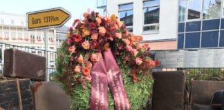 Zur Erinnerung und zum Gedenken an die Opfer wurde heute, Donnerstag, den 22. Oktober 2020, ein Kranz am Gurs-Mahnmal in der Nähe des Saalbaus niedergelegt. (Foto: Stadtverwaltung Neustadt)