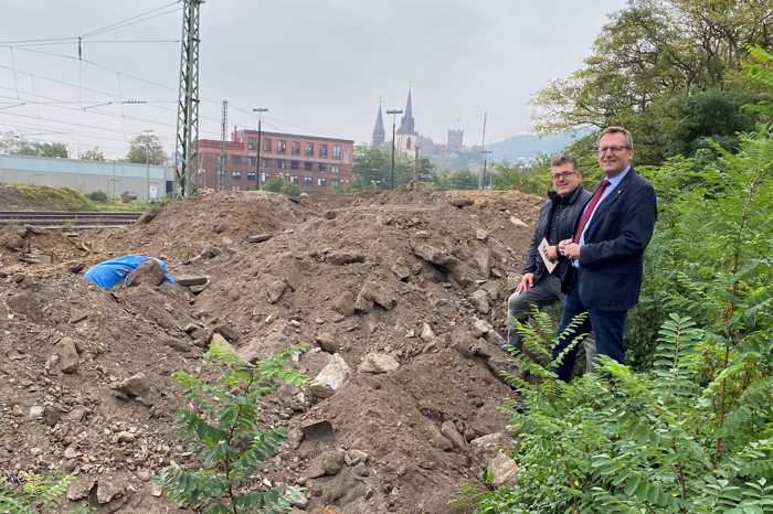 Vor der Lagebesprechung machten sich Ordnungsdezernent Ulrich Mönch und Oberbürgermeister Thomas Feser ein Bild von der Situation vor Ort. Die Fliegerbombe liegt links unter der blauen Plane abgedeckt.