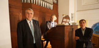 Kirchenpräsident Schad, Bezirkskantor Reichert und Pfarrer Keinath an der Steinmeyer-Orgel in Maikammer. (Foto: Landeskirche/Jahn)