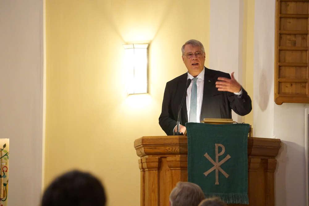 Kirchenpräsident Schad bei seinem Luther-Vortrag. (Foto: Landeskirche/Jahn)
