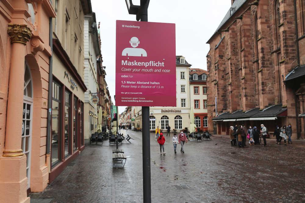 Die Stadt Heidelberg hat mehr als 40 Maskenpflicht-Schilder im Bereich der Hauptstraße an die gültige Rechtslage angepasst – unter anderem an der Heiliggeistkirche. (Foto: Stadt Heidelberg)