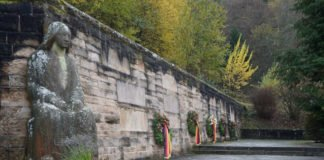 Volkstrauertag Kränze Friedhof Lambrecht 2020 (Foto: Holger Knecht)