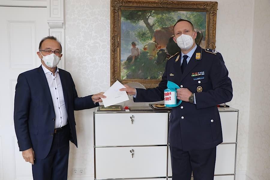 Die Erste Spende übergibt der Landrat der Stadt Germersheim, Dr. Fritz Brechtel (Foto: Bundeswehr)