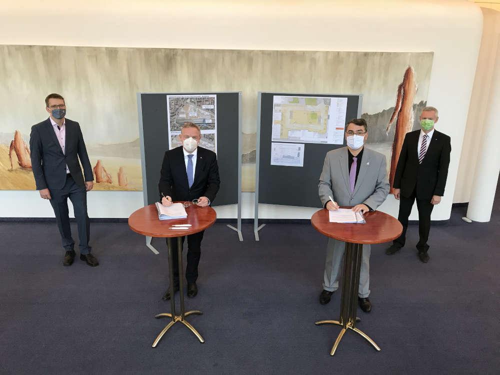Unterzeichnung des Gestattungsvertrags (Foto: Stadtverwaltung Neustadt)