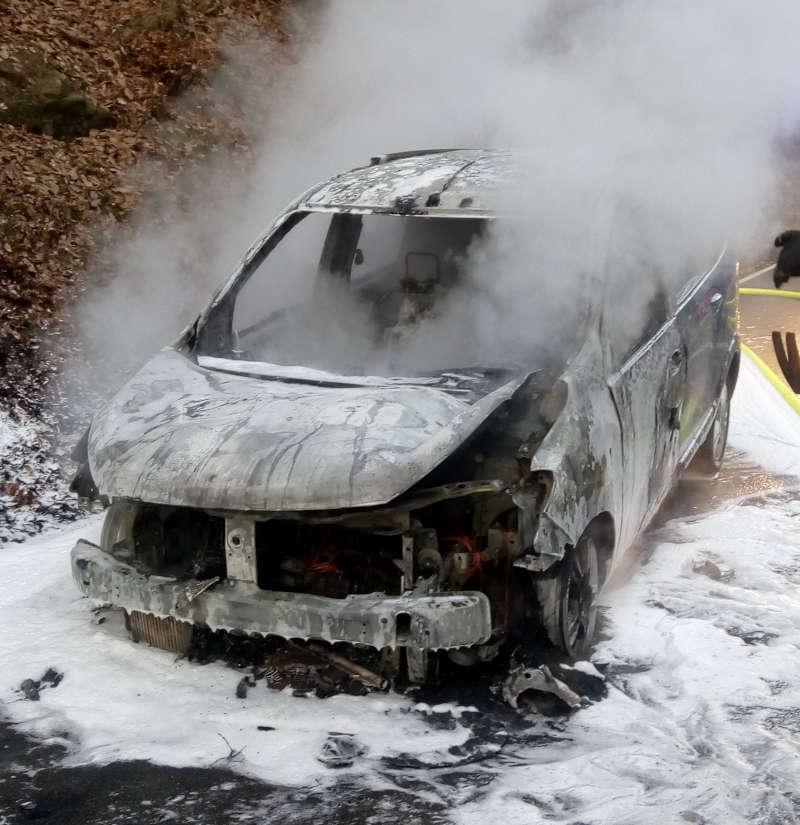 Der ausgebrannte Dacia (Foto: Polizei RLP)