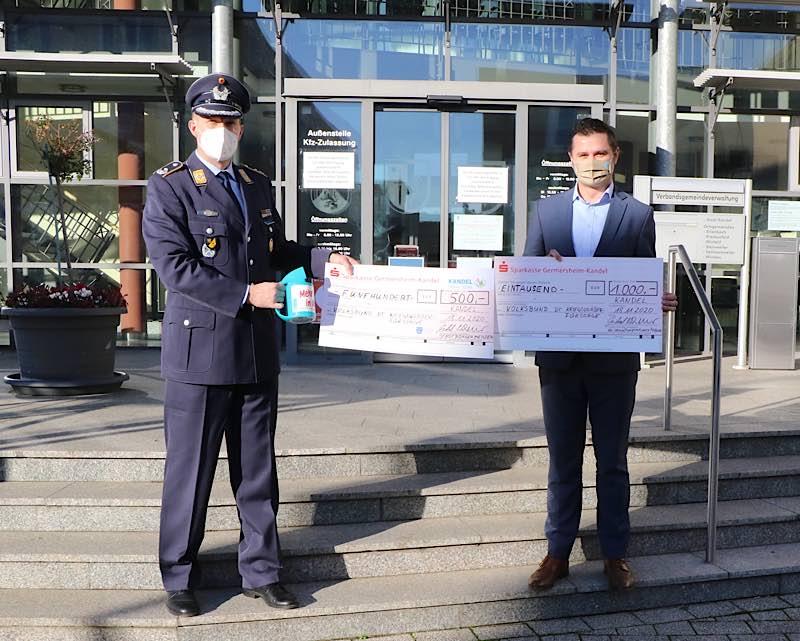 Bürgermeister der Stadt Kandel, Michael Niedermeier, überreicht Spenden an den Kommandeur des Luftwaffenausbildungsbataillons. (Foto: Bundeswehr)