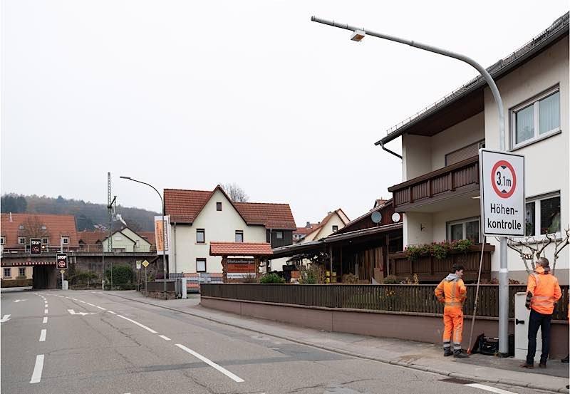 Höhenwarnsystem vor der Eisenbahnbrücke in der Bammentaler Hauptstraße (Foto: Landratsamt Rhein-Neckar-Kreis)