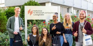 Gruppenbild Erstsemester vor HS-Schild (Foto: HWG LU/Michael Meyer)