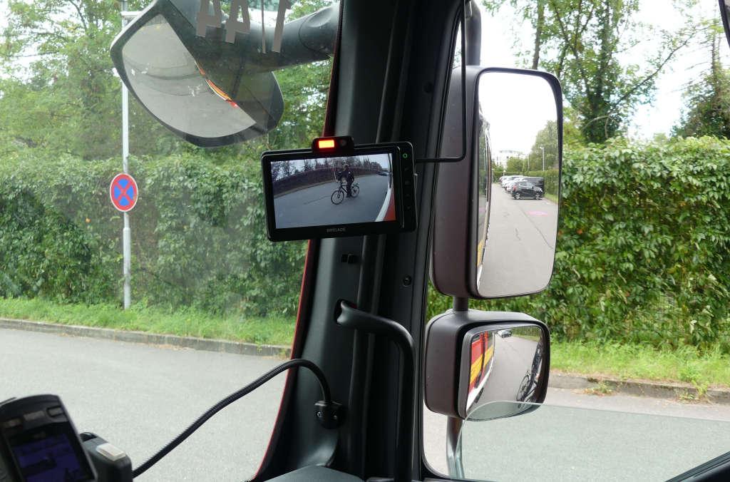 Wertvolle Hilfe, wenn im Rückspiegel nichts zu sehen ist: Der Abbiegeassistent weist den Fahrer des Löschfahrzeuges optisch und akustisch auf den Radfahrer im toten Winkel hin. (Foto: Feuerwehr Heidelberg)