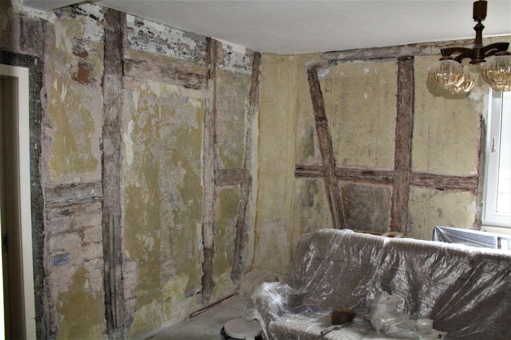 Blick auf die Wandschäden (Feuchtigkeit) und Wandstruktur der Baustelle im OG der Wappenschmiede. (Foto: Benno Münch)