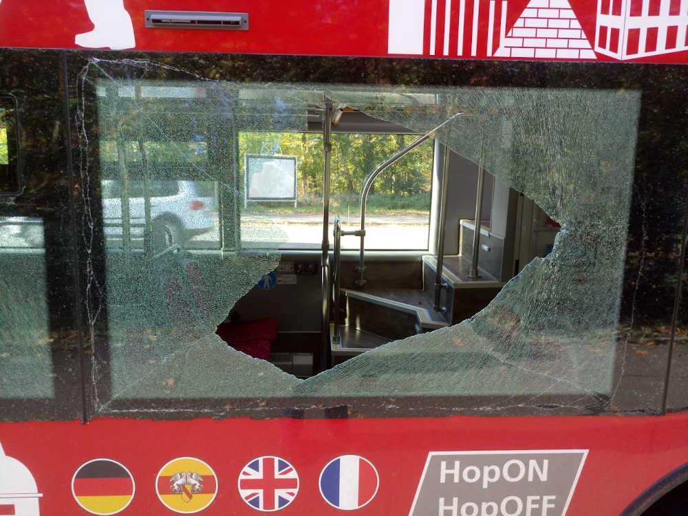 Zerstörte Glasscheibe Doppeldeckerbus Karlsruhe (Foto: KTG Karlsruhe Tourismus GmbH)