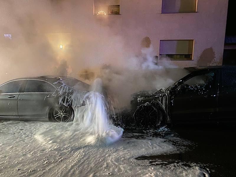 Zwei PKW brannten. Die Polizei sucht Zeugen (Foto: Polizei RLP)