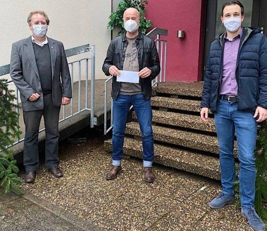 Erster Beigeordneter Werner Kempf, Kinderdorfleiter Michael Eberhart und Bürgermeister Christian Burkhart (von links nach rechts) bei der Spendenübergabe. (Foto: VGV Annweiler)