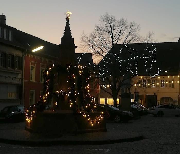 Edenkobener Weihnachtsbrunnen (Foto: Rathaus Edenkoben/Martina Roth)