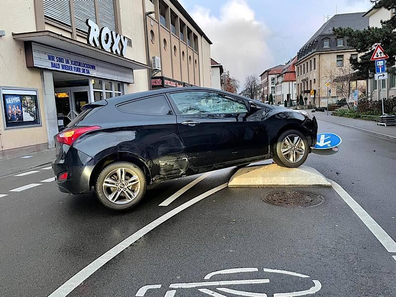 PKW auf der Verkehrsinsel (Foto: Polizei RLP)