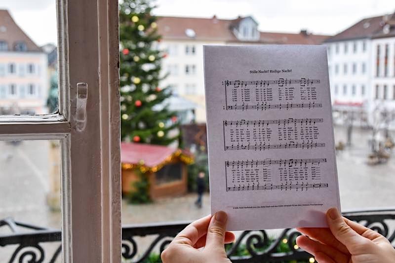 Als Zeichen der Solidarität und des Miteinanders rufen Landaus Kirchen gemeinsam mit OB Hirsch an Heiligabend zum Fenstersingen auf. (Quelle: Stadt Landau)