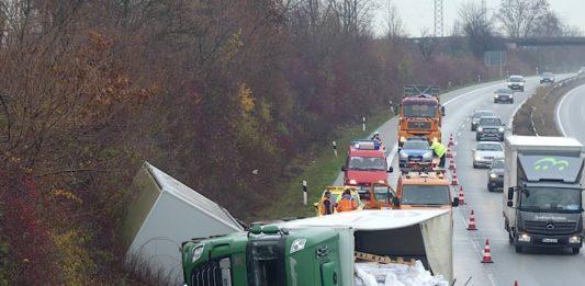 Der umgekippte LKW-Gliederzug (Foto: Feuerwehr Neustadt)