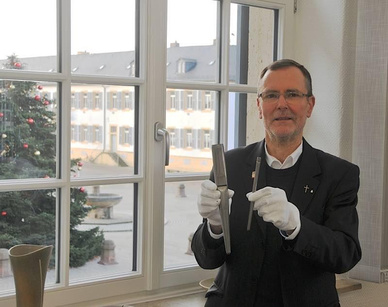 Domdekan Dr. Christoph Kohl zeigt zwei der Orgelpfeifen (Foto: Bastian Hoffmann)