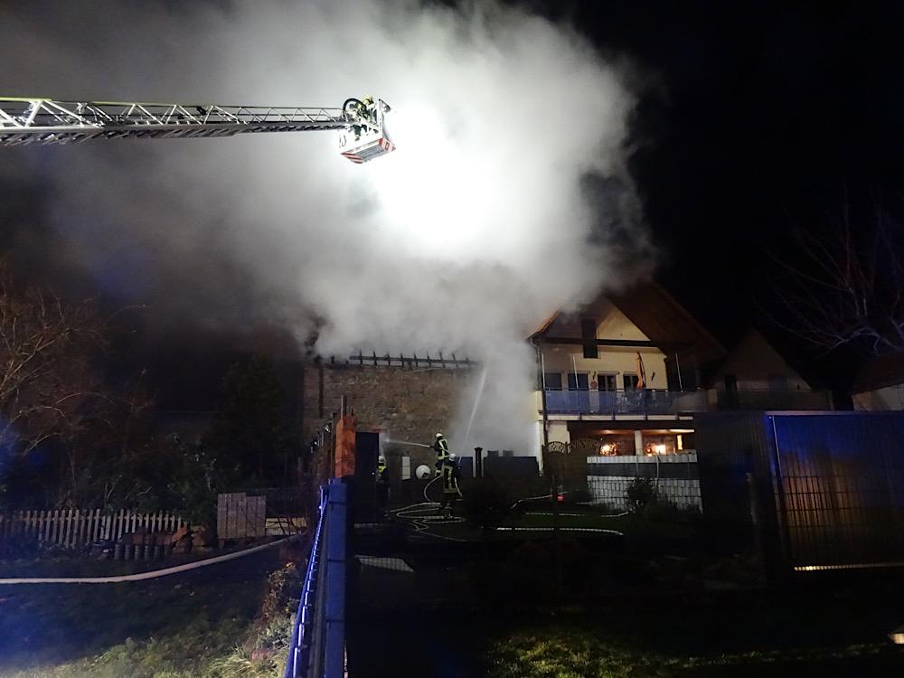 Die Löscharbeiten zeigen Wirkung (Foto: Feuerwehr VG Freinsheim)