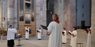 Singen ist nur noch in kleinen Formationen möglich (das Foto wurde bei der Erwachsenenfirmung im November gemacht. (Foto: Bistum Speyer / Klaus Landry)
