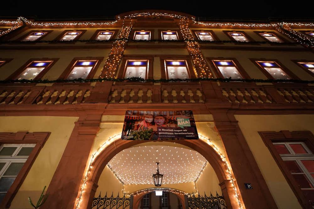 Neustadt Rathaus Janosch Fenster (Foto: Holger Knecht)
