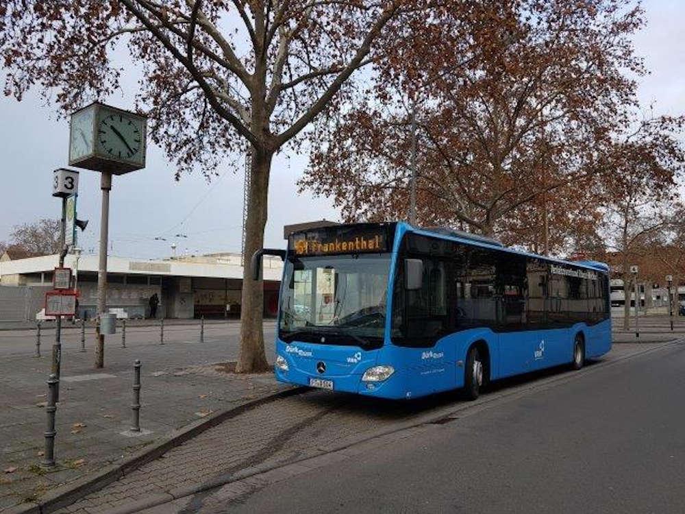 Linienbus am Hauptbahnhof Frankenthal (Foto: Dürk-Reisen)