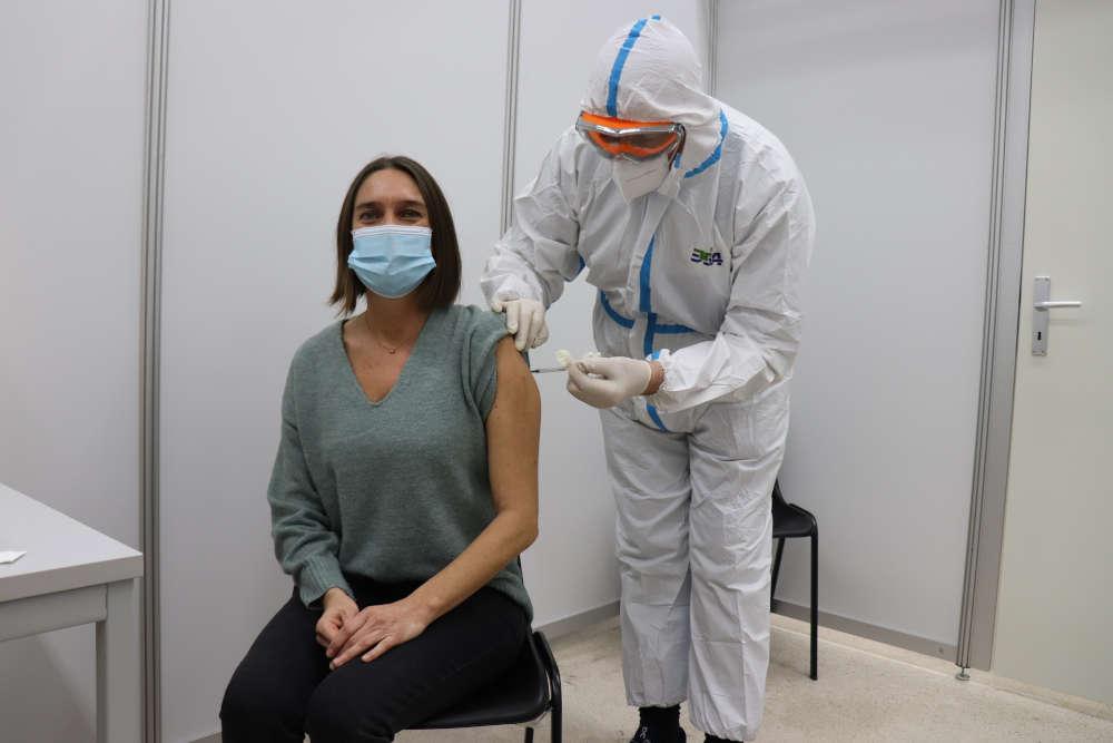 Maria Lommatzsch, Stationsleiterin am Universitätsklinikum Heidelberg, war am Sonntag, 27. Dezember, erste Person überhaupt, die im Zentralen Impfzentrum auf PHV in Heidelberg geimpft wurde (Foto: Landratsamt Rhein-Neckar-Kreis/GRN)