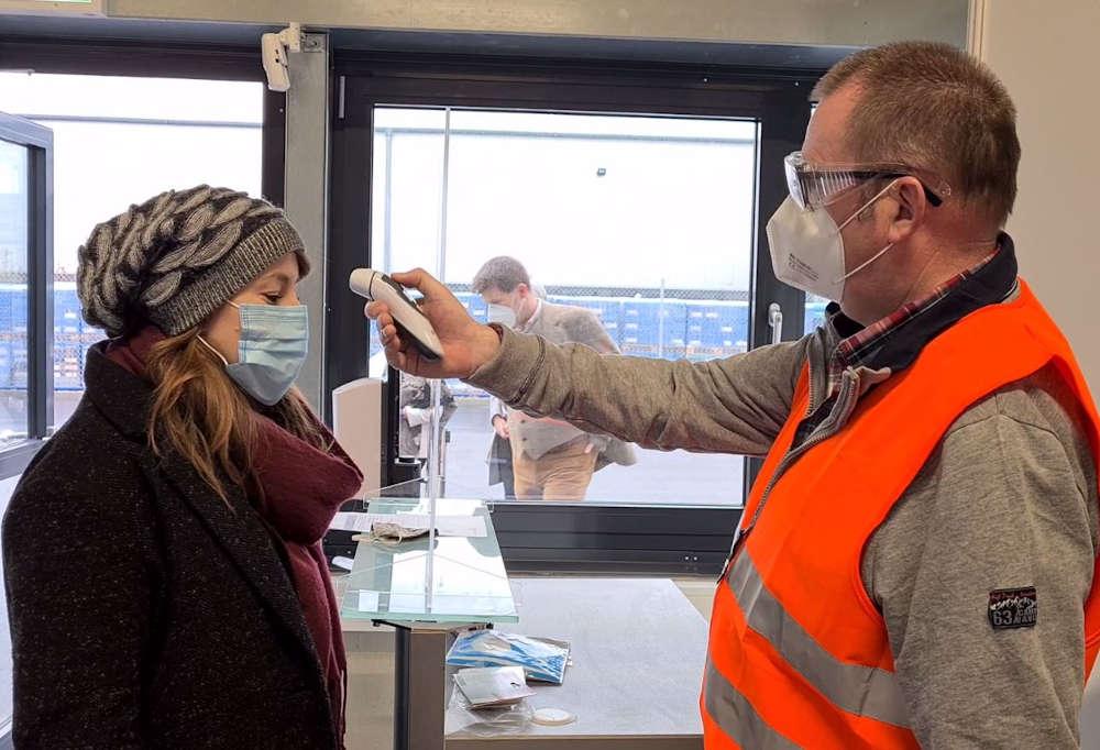 Ein Probedurchlauf im Impfzentrum - Am Eingang erfolgt eine Kontrolle der Zugangsberechtigung und u.a. das Messen der Körpertemperatur. (Foto: Kreisverwaltung Germersheim)