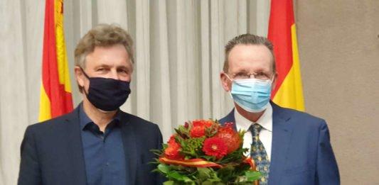 Nach dem deutlichen Erfolg bei der OB-Wahl geht Dr. Frank Mentrup gestärkt in seine zweite Amtszeit. Gemeindewahlleiter Dr. Albert Käuflein (rechts) gratuliert dem Gewinner zum Wahlsieg. (Foto: Fränkle)