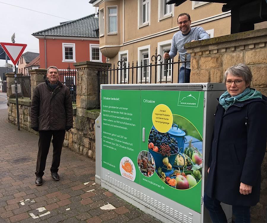 Ortsbürgermeister Karl Schäfer, Nicolai Schenk und Maria Bergold (Foto: Büro für Tourismus Maikammer)