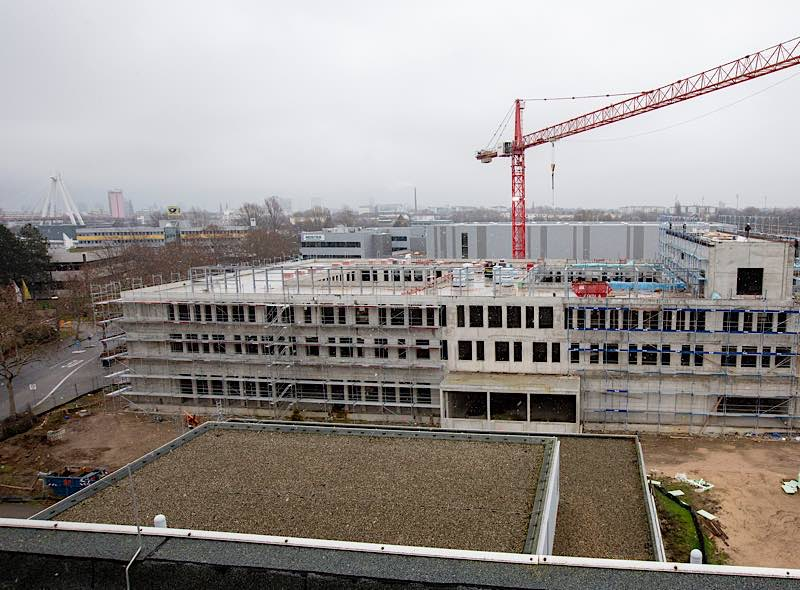 Erweiterungsbau C Westseite mit Bestandsbau (Foto: view)
