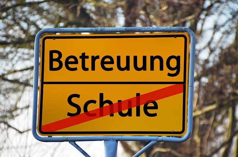 Symbolbild Betreuung Schule (Foto: Pixabay/Gerd Altmann)