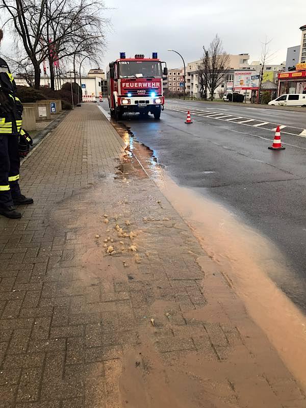 Wasserrohrbruch in der Chemnitzer Straße (Foto: Feuerwehr Neustadt)