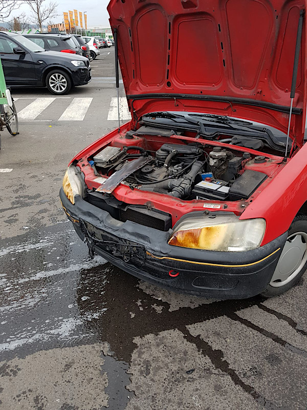 Der PKW wurde durch die Hitzestrahlung im Frontbereich beschädigt (Foto: Feuerwehr Neustadt)