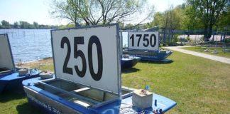 Ungenutze Distanzmarkierungen an einer Ruderregattastrecke (Foto: Hannes Blank)