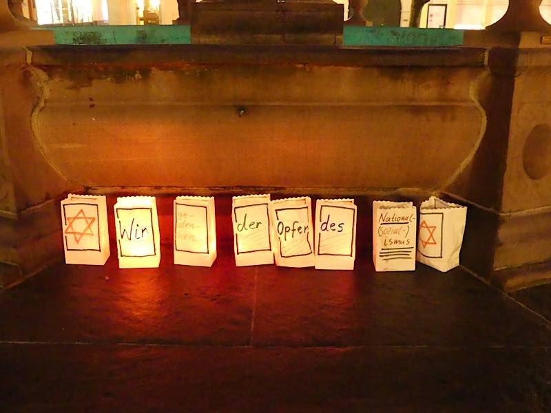 Kerzen zum Gedenken (Foto: Gedenkstätte für NS-Opfer Neustadt e.V./Alice Fuß)