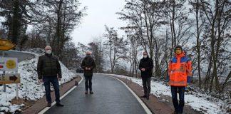 Gaben die Straße wieder für den Verkehr frei: Landrat Dietmar Seefeldt (2.v.r.), Stadtbürgermeister Ludwig Lintz (links), Eberhard Frankmann, Beigeordneter der Verbandgemeinde Edenkoben (2.v.l.) sowie Martin Schafft, Leiter LBM Speyer (rechts).(Foto: Kreisverwaltung Südliche Weinstraße)