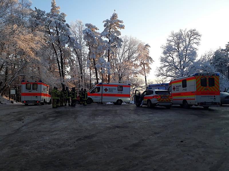 Rettungsfahrzeuge und Einsatzkräfte auf der Kalmit (Foto: DRK-Rettungsdienst Südpfalz GmbH)