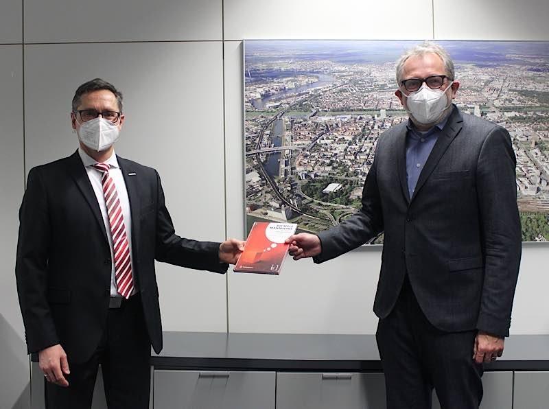 Mannheims OB Dr. Peter Kurz begrüßte den neuen Bürgermeister Ralf Eisenhauer an seinem ersten Tag im technischen Rathaus (Foto: Stadt Mannheim)
