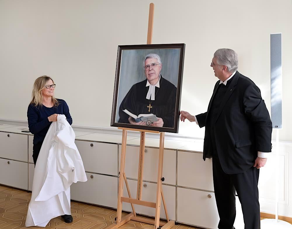 Kirchenpräsident Dr. h. c. Christian Schad und die Mainzer Künstlerin Susanna Storch/Foto: Landeskirche/Landry.