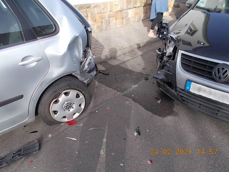 Unfallstelle: Schaden am Polo und am Touran (Foto: Polizei RLP)