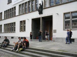 Eingangsbereich Neue Universität (Foto: Universität Heidelberg - Kommunikation und Marketing)