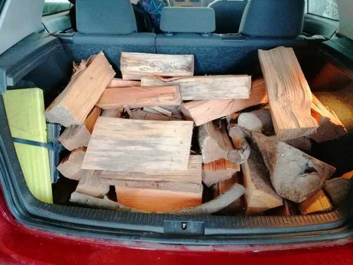 Ein Kofferraum voll Brennholz