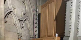 Orgelbauer Andreas Saage intoniert die neue Chororgel der Firma Klais Bonn. (Foto: lk/Edelmann)